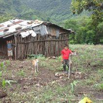 Niño de la comunidad el Apante, recibe con alegría por primera vez agua potable en su humilde vivienda