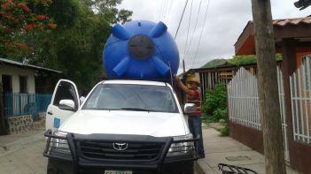 Traslado de tanque de almacenamiento de agua hacia la comuidad apante